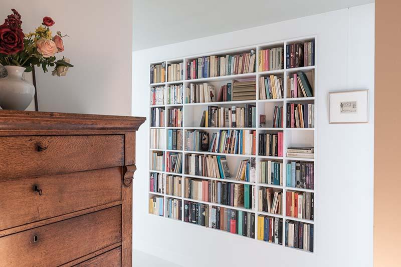 van groot naar klein verhuizen vraagt om slim interieurontwerp zoals deze boekenkast