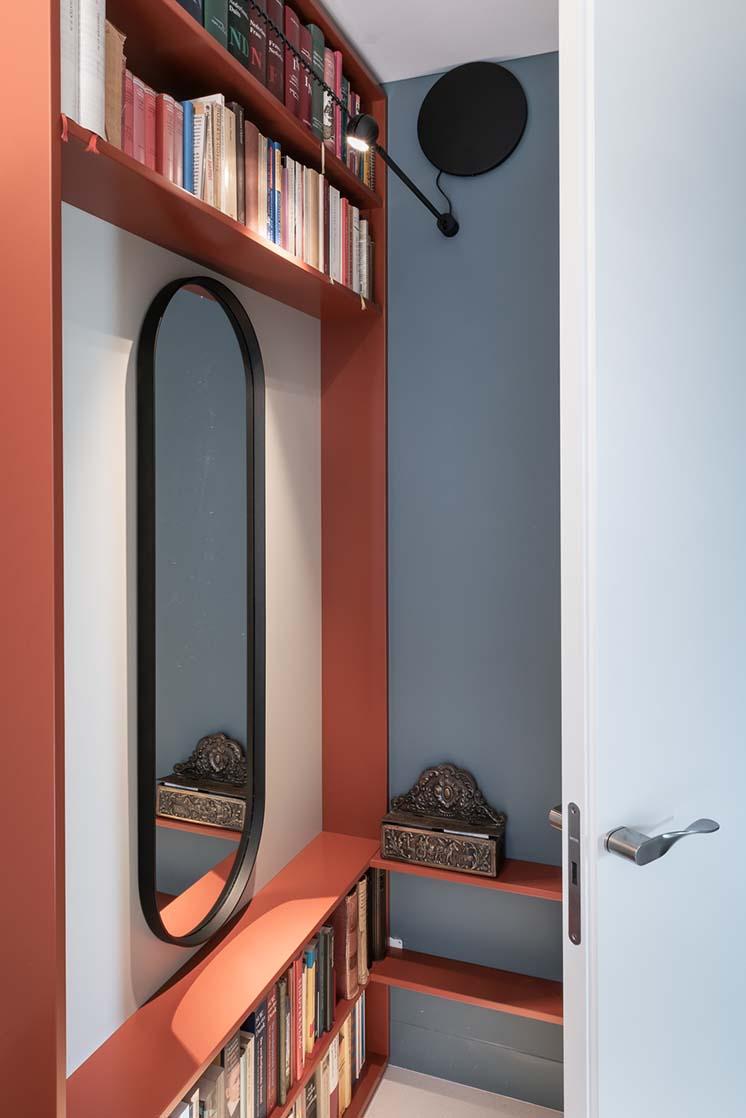 een spiegel vergroot een kleine ruimte