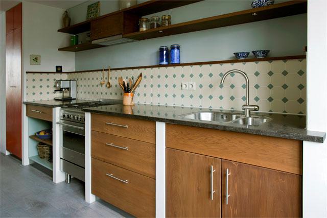 Keuken met een doorkijkje naar de zithoek