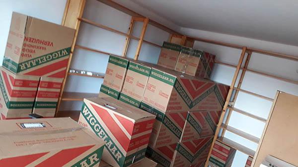 alle boeken nog ingepakt in verhuisdozen bij een verhuizing