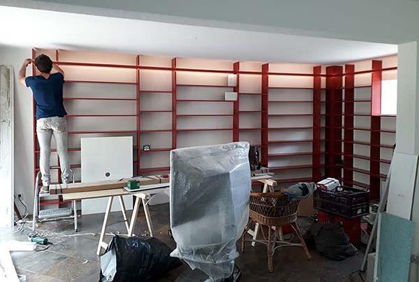 monteren van verlichting in een op maat gemaakte boekenkast