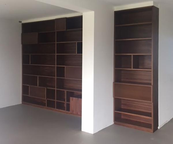 een op maat ontworpen boekenkast bij de renovatie van een appartement