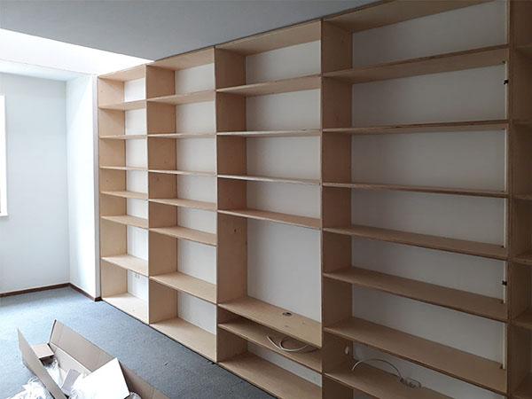 boekenkast van multiplex op maat laten maken