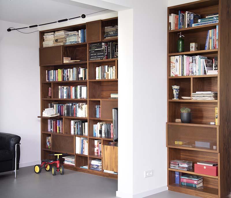 op maat ontworpen boekenkast voor de renovatie van een appartement